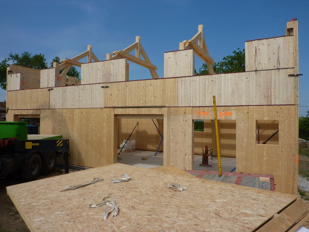 Maisons en ossatures bois modernes montage bois le for Montage maison bois
